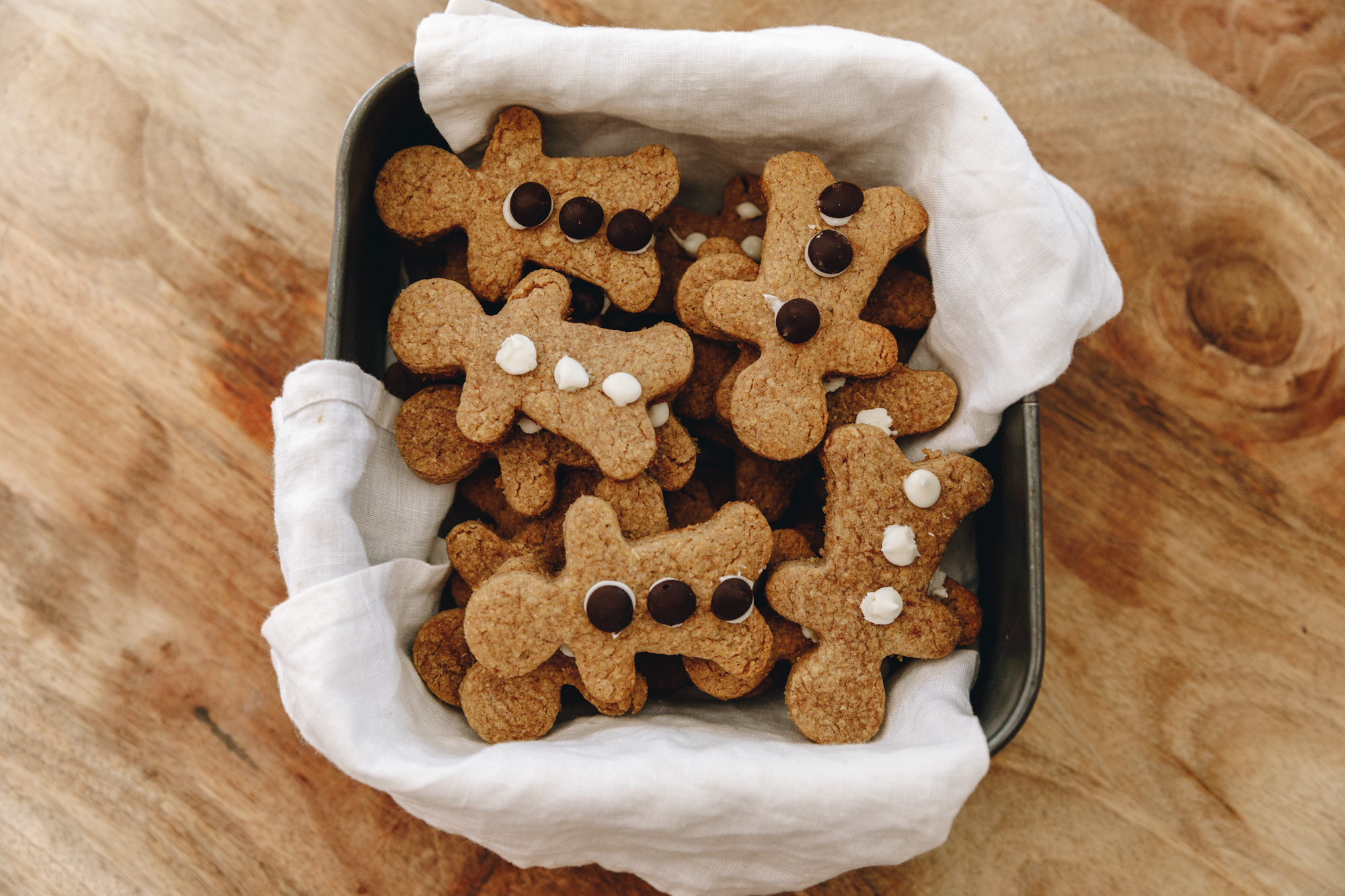 A tin full of gingerbread men cookies